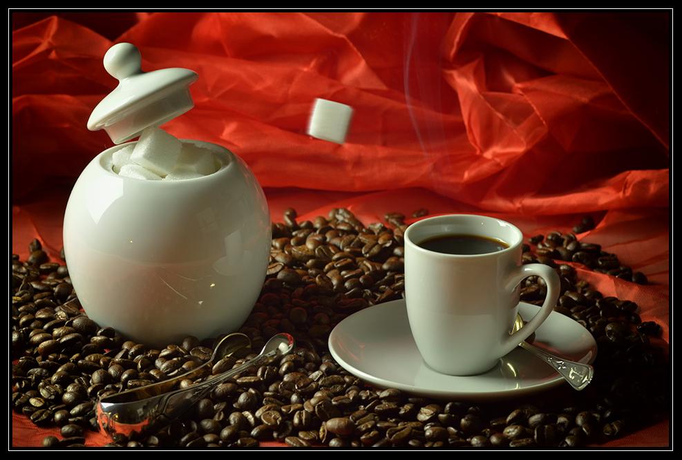 Zuckerwürfel auf dem Weg in einen heißen Espresso ohne Crema... grumpf