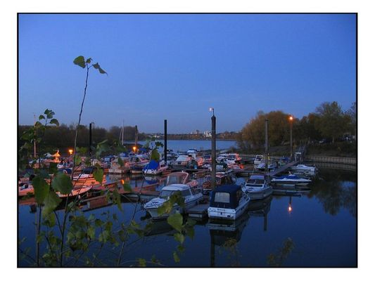 Zündorfer Hafen bei Köln im Dämmerlicht