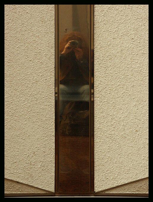 zufällig entdecktes und bewusst festgehaltenes Selbstportrait während einer Pause auf der Photokina