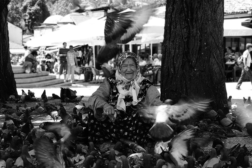 Zufrieden...Die alte Frau & die Tauben...