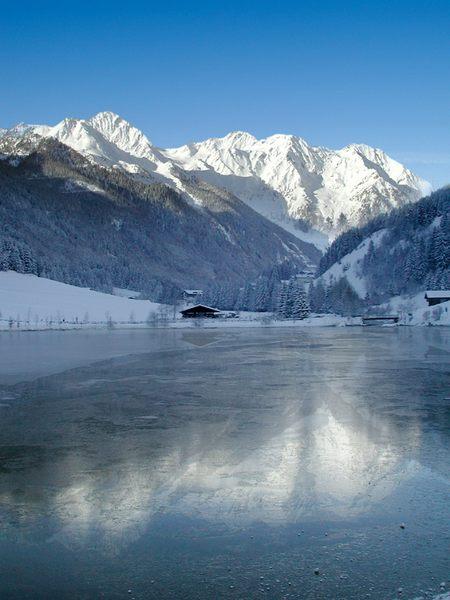 Zugefrorener See in Mühlwald