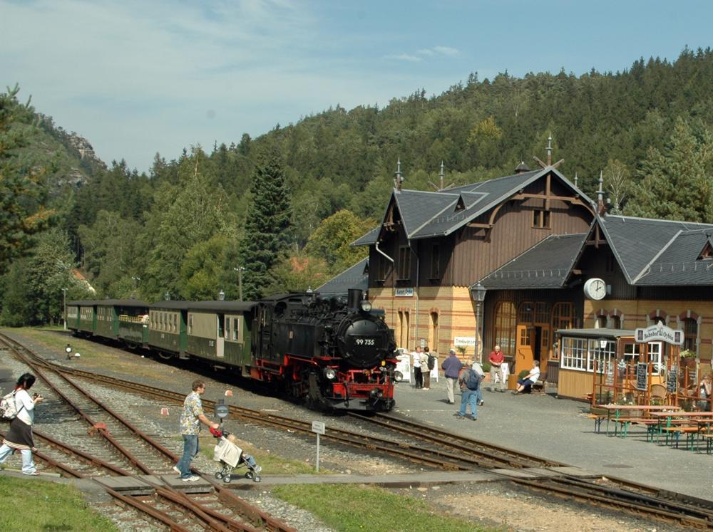 """Zugeinfahrt der """"Bimmelbahn"""" in Oybin"""