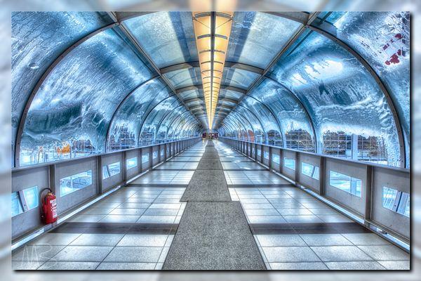 Zugeschneiter Glastunnel