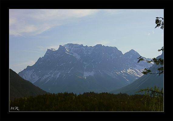 Zugspitz Massiv morgens um 8°° Uhr auf der Fahrt in die Überraschung, aufgenommen vom Fernpass aus.