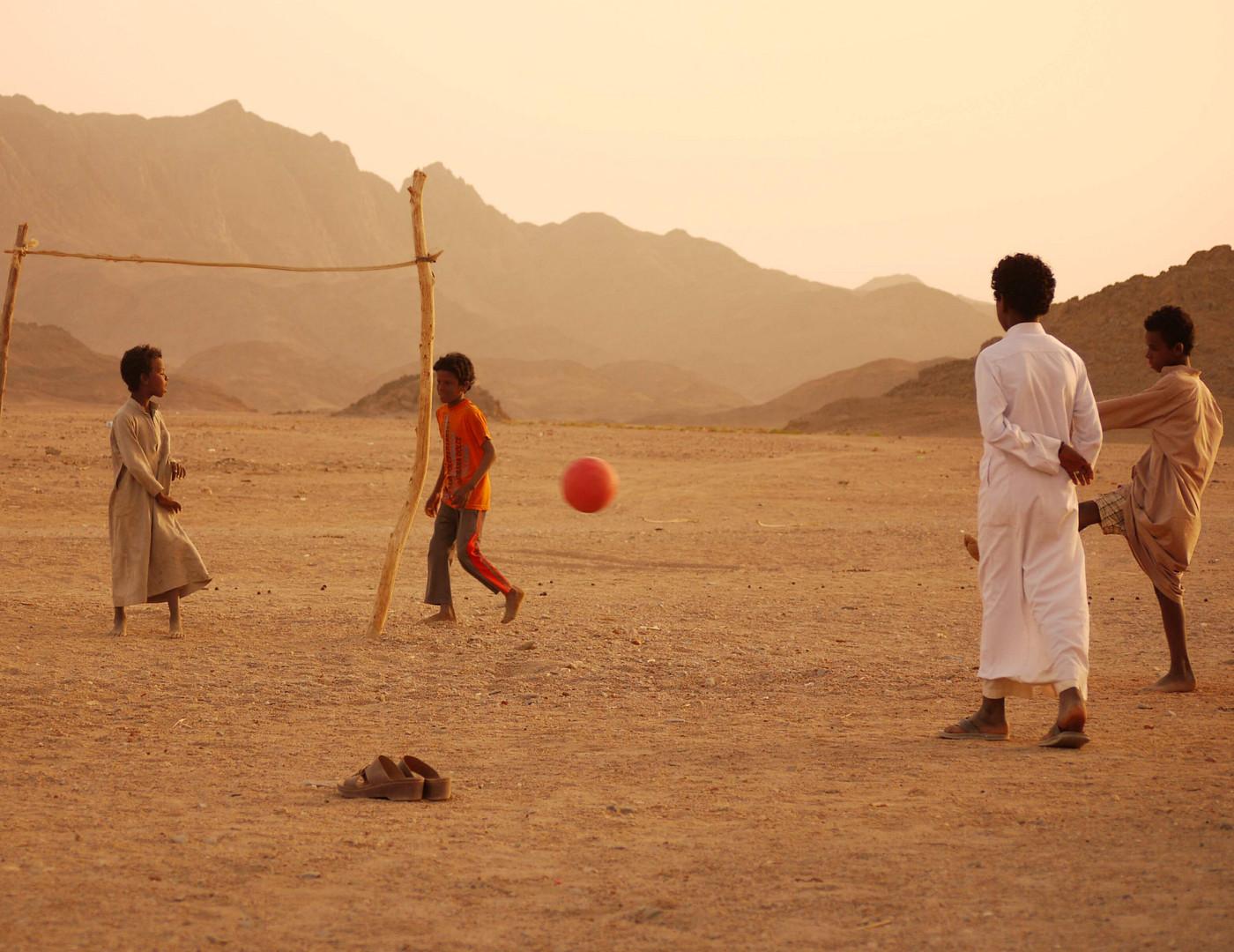 Zum Fußball in der Wüste braucht es nicht viel