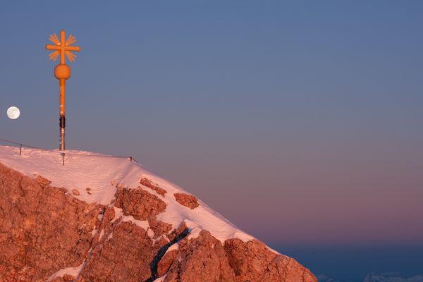 Zum Sonnenuntergang der Vollmond über der Zugspitze :-)
