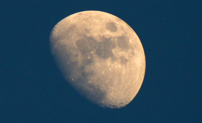 Zunehmender Mond am Abendhimmel