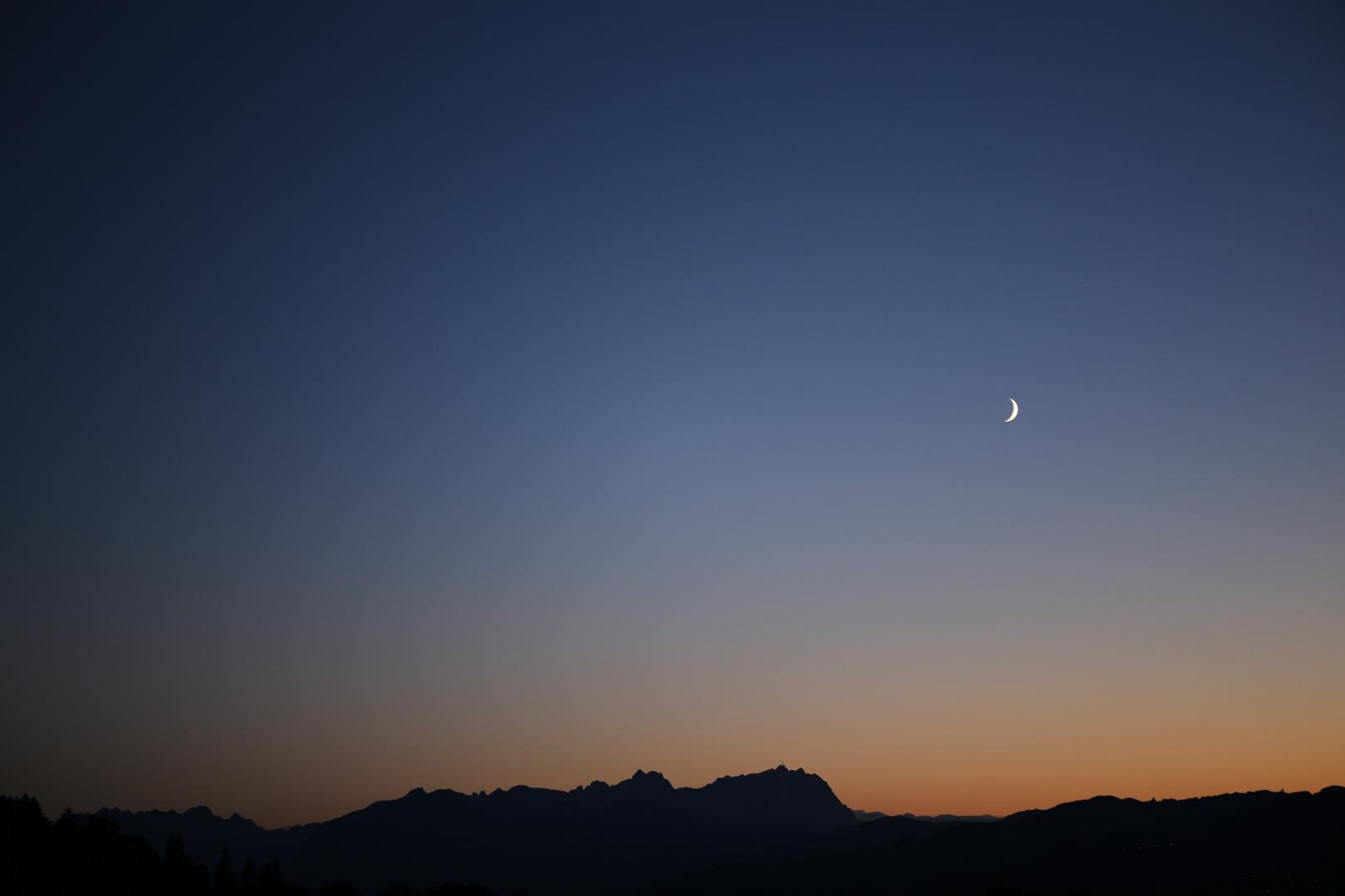 Zunehmender Mond über dem Säntis