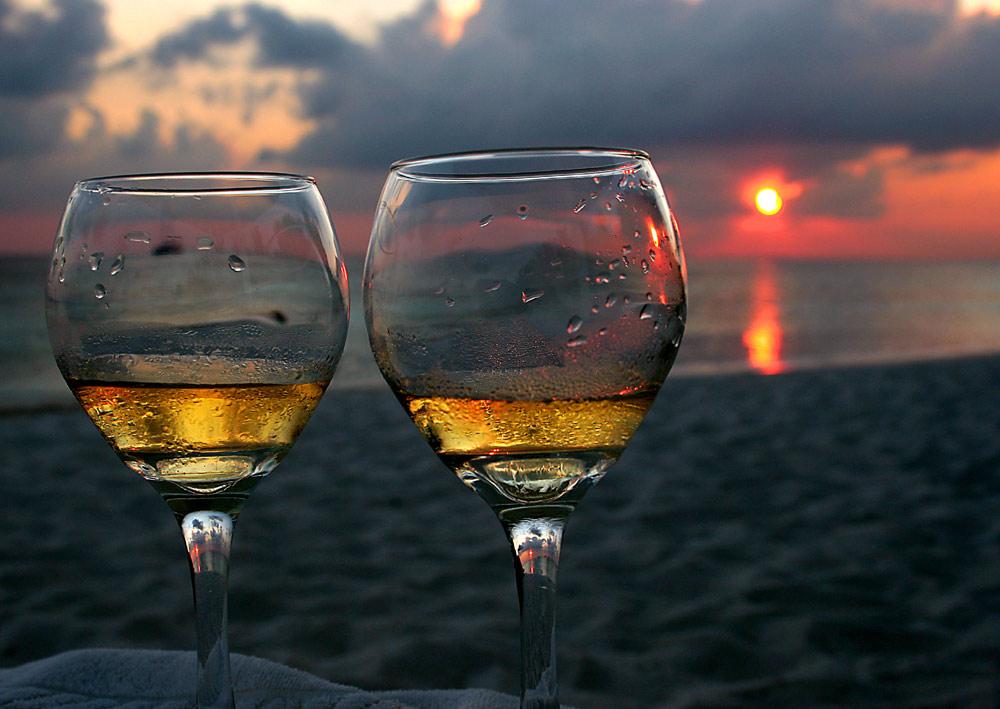 zur romantischsten stunde des tages ein glas wein zu zweit foto bild stillleben essen. Black Bedroom Furniture Sets. Home Design Ideas
