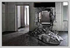 Zur Treppe geradeaus