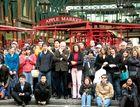 Zuschauer und Mitmacher bei Straßenkunst im Covent Garden