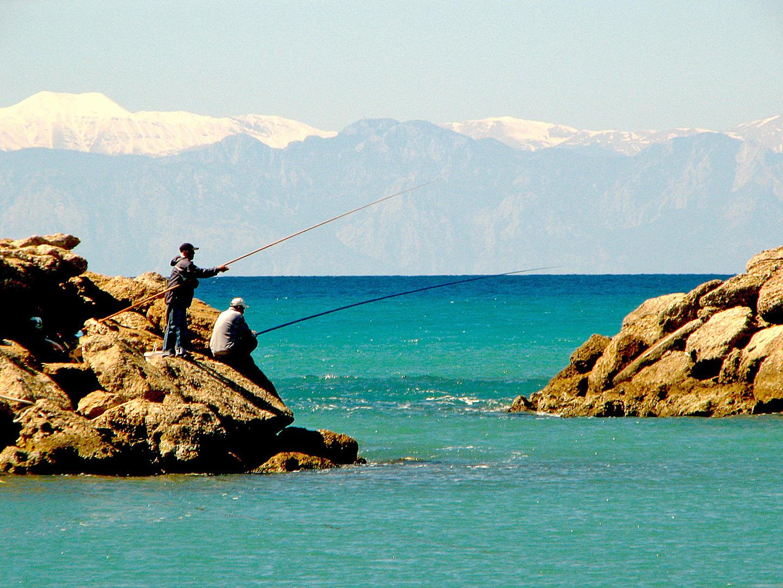 Zwei Angler auf Fische wartend im März 2008 in Side in der Türkei