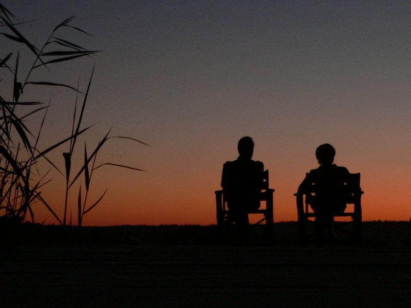 Zwei betrachten den Sonnenuntergang