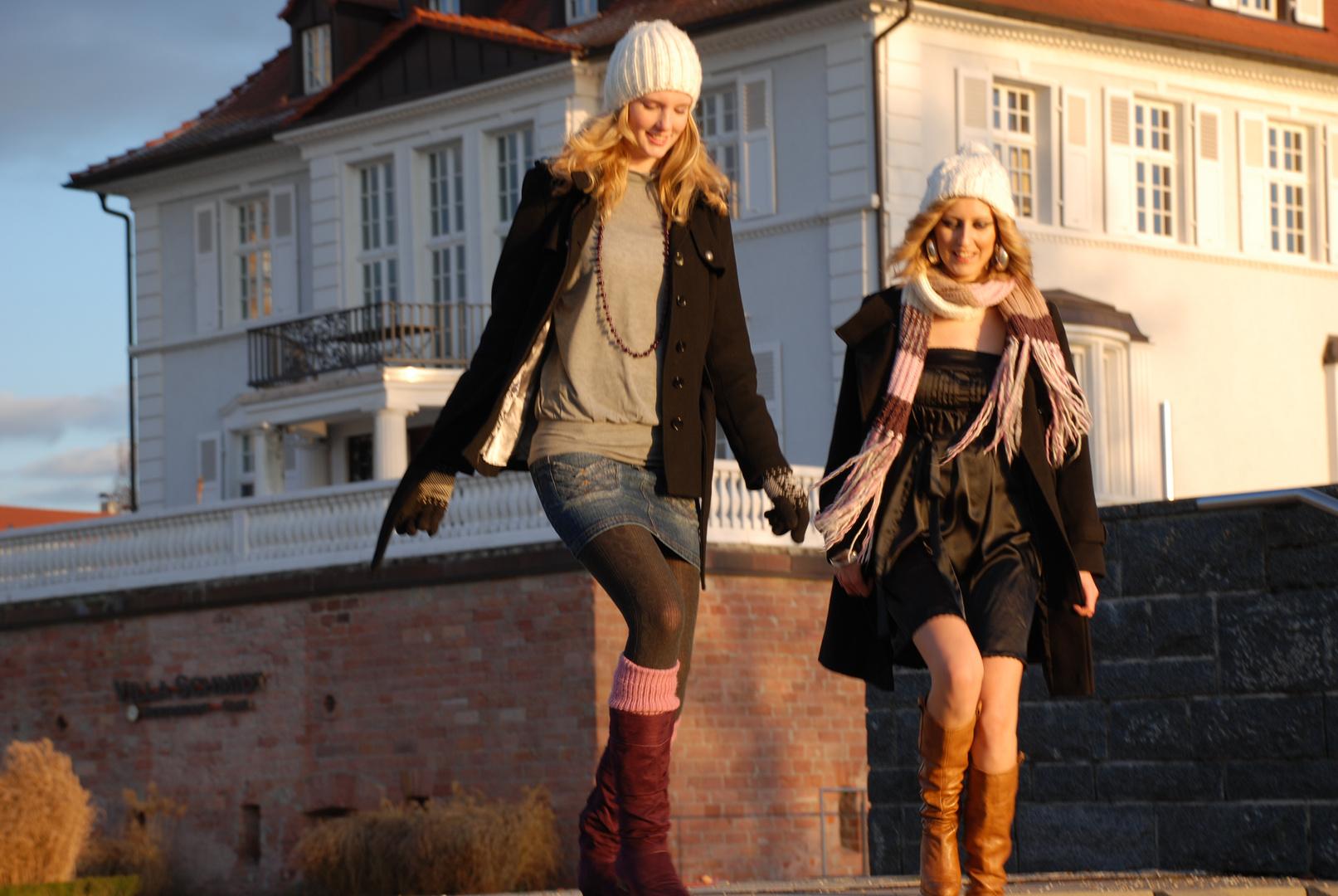 Zwei Damen auf dem Weg zum Rhein