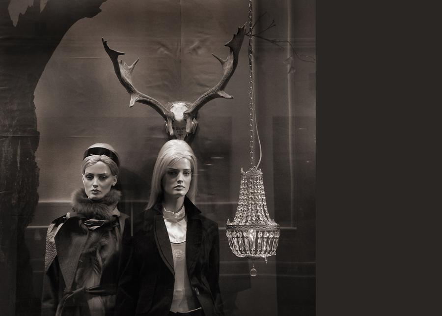 Zwei Damen, ein Geweih und ein Leuchter