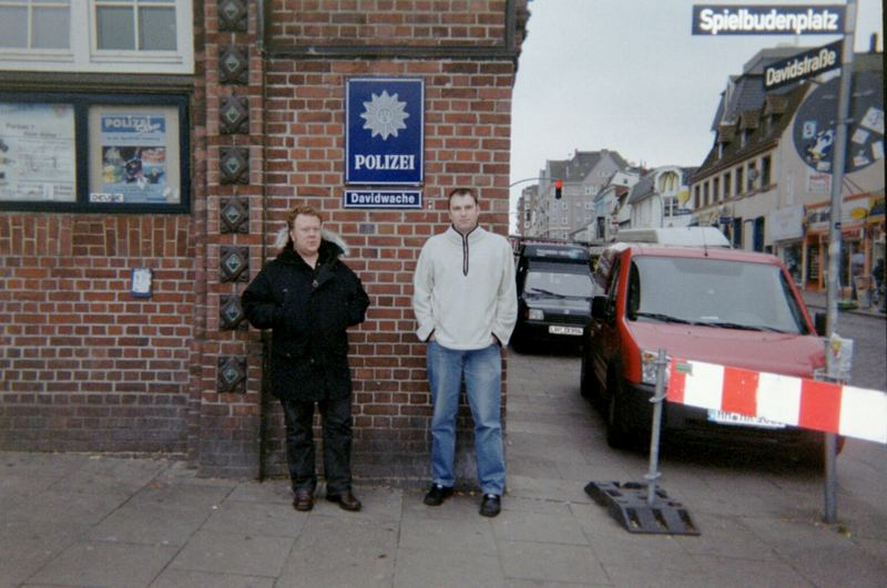 Zwei Engländer an der Davidswache St. Pauli Reeperbahn