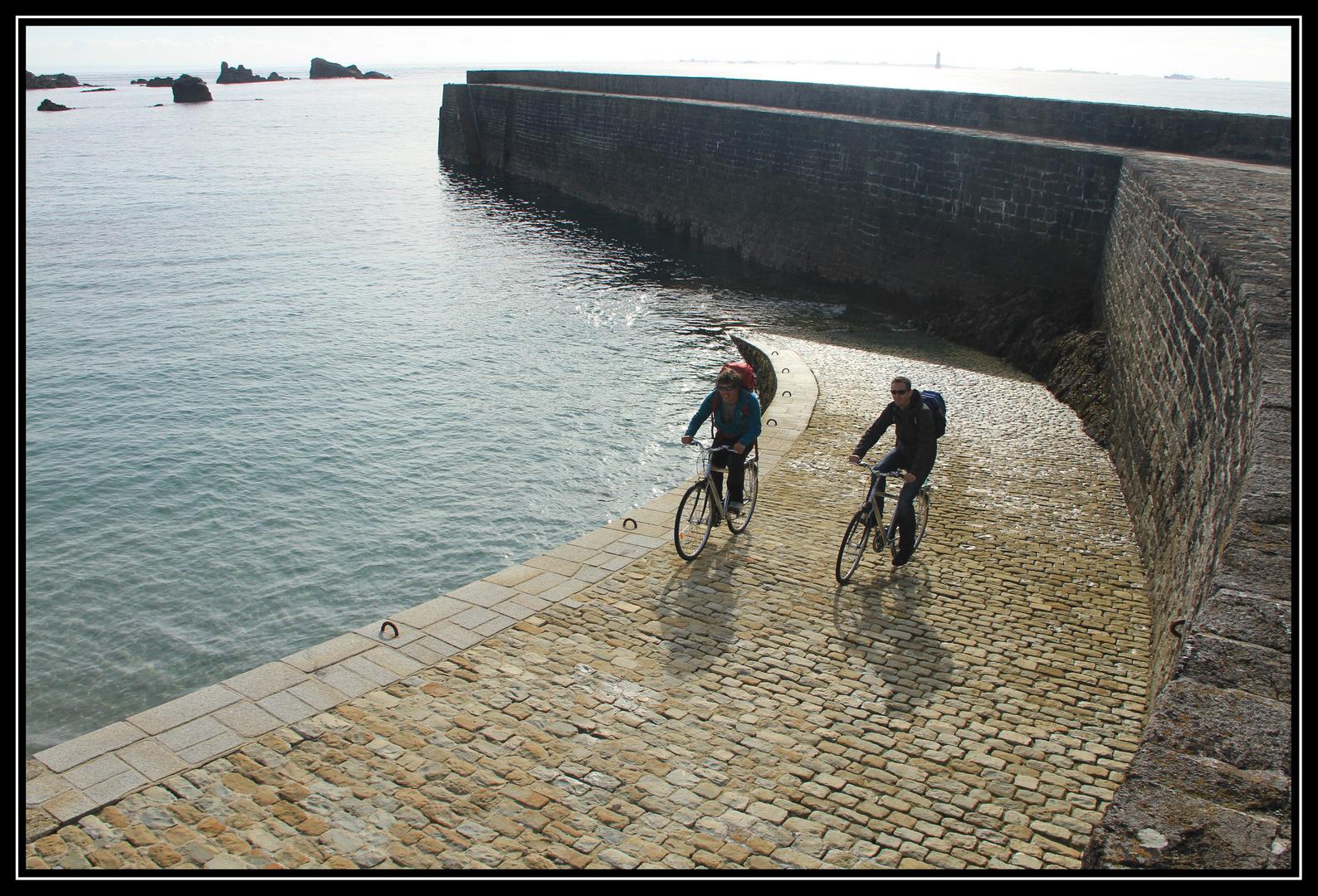 Zwei Fahrradfahrer und das Meer