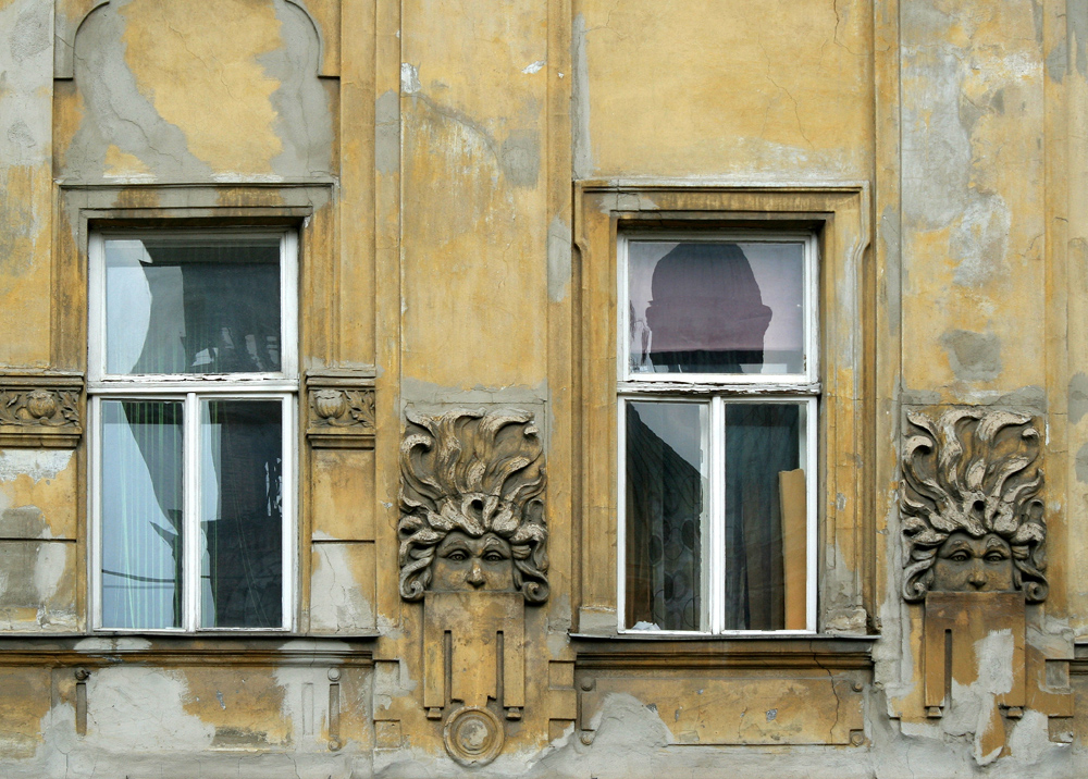 Zwei Fenster am Antonsplatz in Favoriten