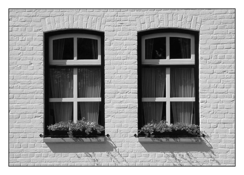 """zwei Fenster aus """"dem weißen Städtchen"""""""