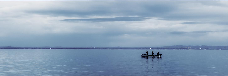 Zwei Fischer mit Steuermann