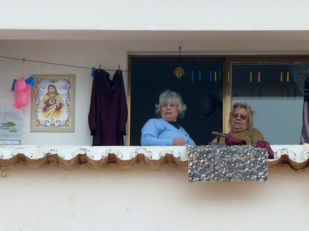 zwei Frauen auf dem Balkon - zoom - zoom - zoom