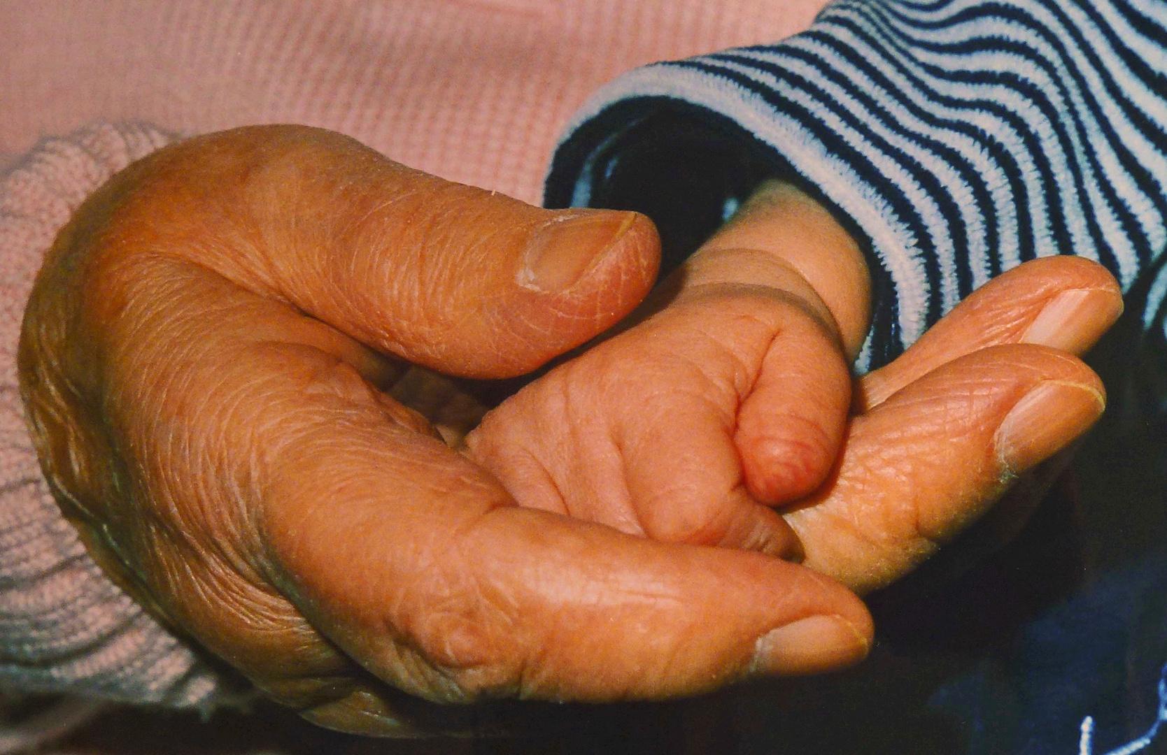 Zwei Hände, dazwischen 90 Jahre ...