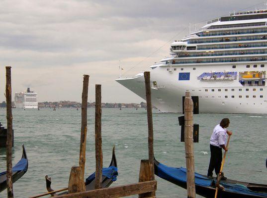 Zwei Hochhaus-Kreuzfahrer in Venedig