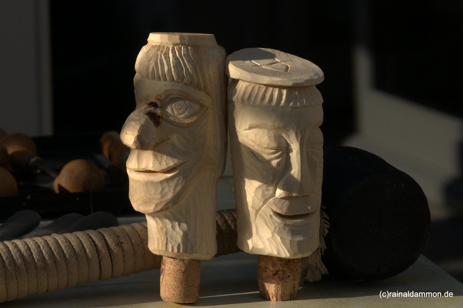 Zwei Holzköpfe