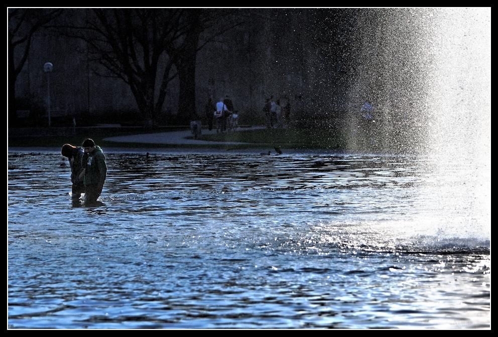 Zwei im Brunnen