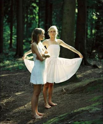 Zwei Mädchen im Wald