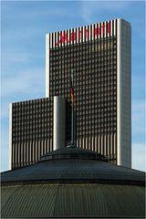 Zwei markante Gebäude
