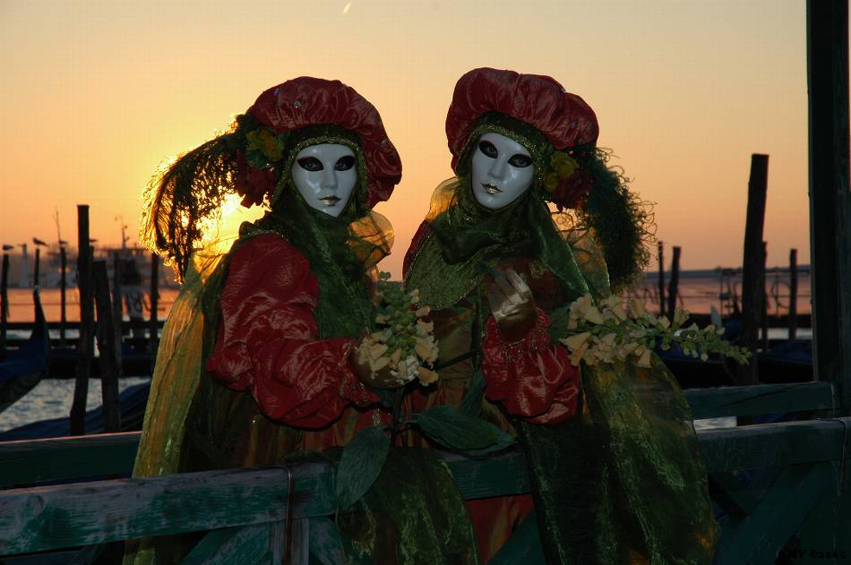 Zwei Masken am Morgen