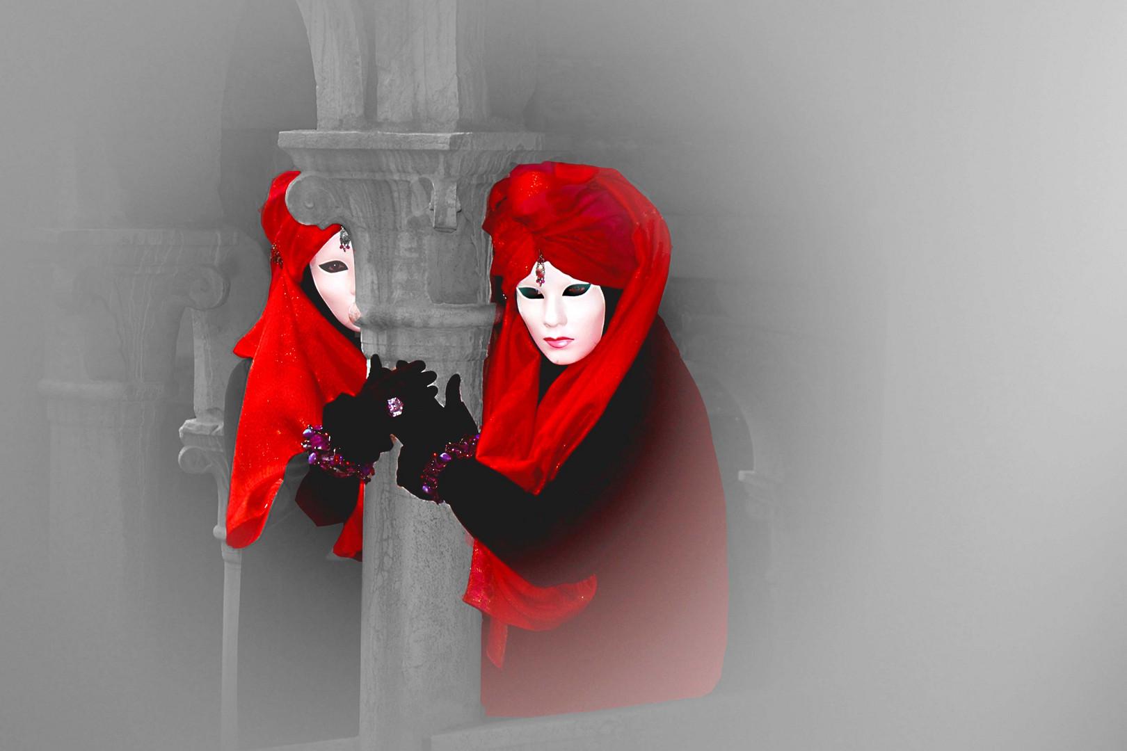 Zwei Masken in Rot