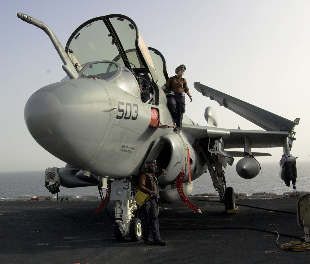Zwei Mechaniker an einer EA-5B Prowler