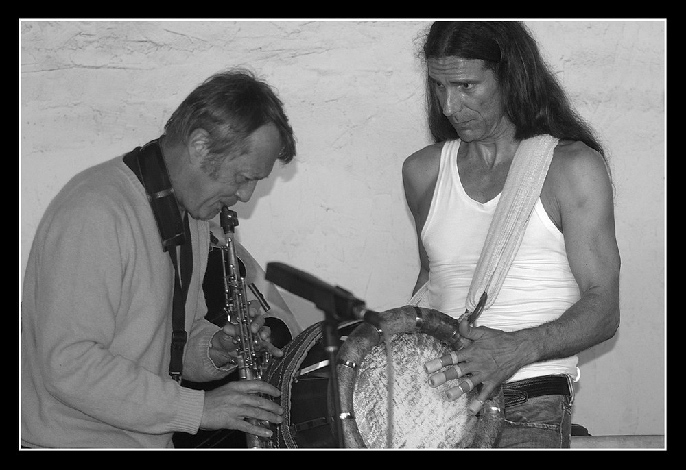 zwei musiker auf dem töpfermarkt auf schloß beugen