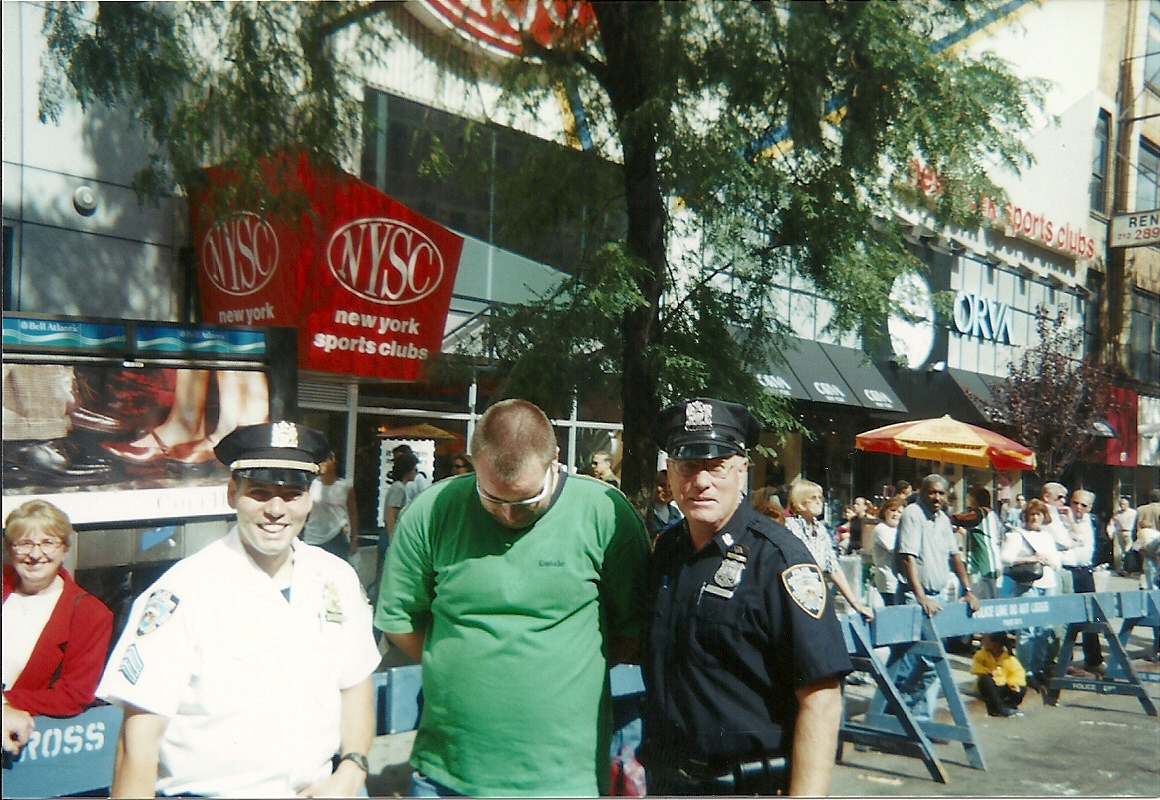 Zwei New Yorker Cops und ein Tourist auf der Steuben Parade