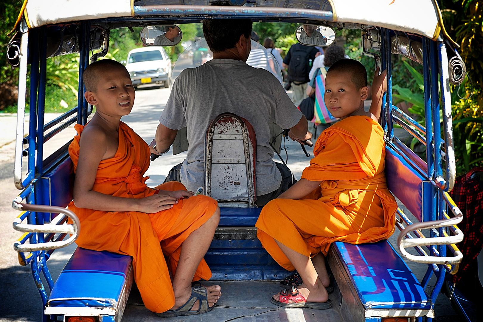 Zwei Novizen im TukTuk in Luangprabang