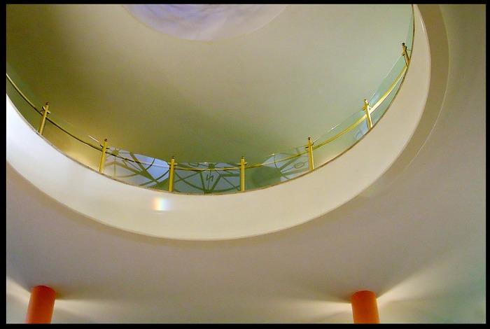 zwei orangefarbene Säulen, Reha-Klinik, Herzogenaurach 2004