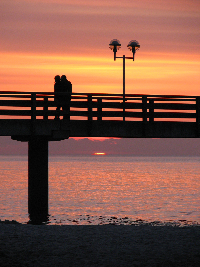 Zwei Paare - Ostsee am Abend im April 2010
