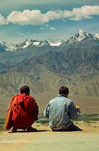 Zwei Personen vor Gebirge