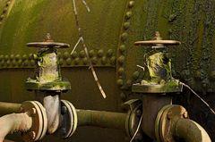 zwei Schieber auf Kokerei Hansa in Dortmund, mittlerweile etwas grün