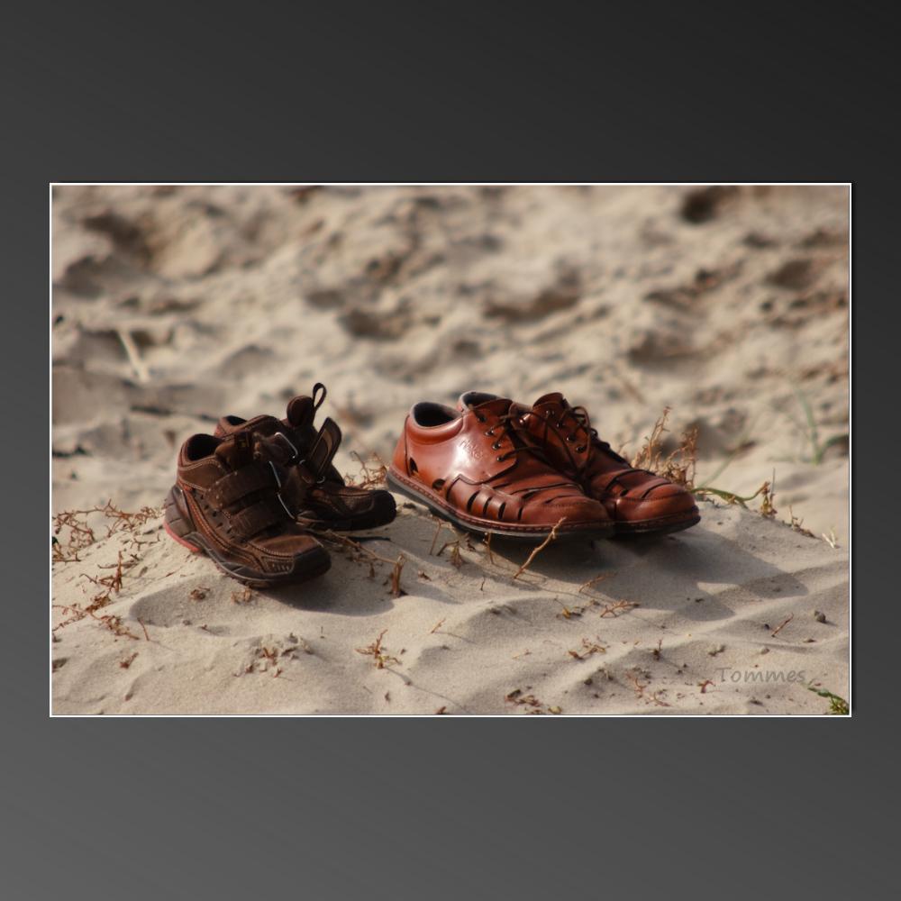 Zwei Schuhe am Strand