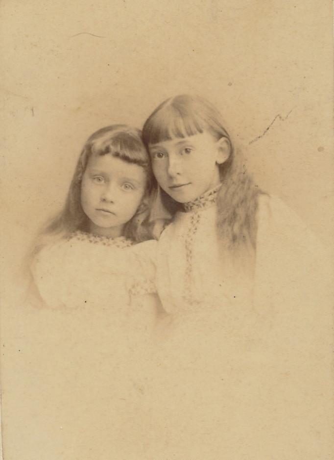 Zwei Schwestern im alten Stil