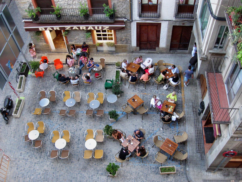 Zwei Straßencafés in Jaca