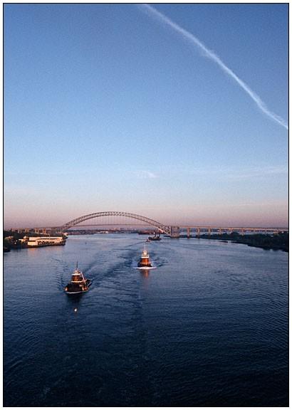 Zwei Tug Boats, im Hintergrund Bayonne Bridge