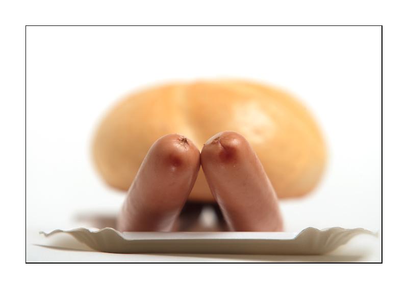 Zwei unanständige Frankfurter Würstel unter einer Semmel