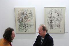 Zwei und Zwei: 2 Besucher vor 2 Bildern der Ausstellung Litzenburger