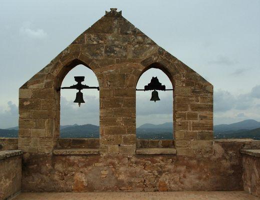Zwei unterschiedliche Glocken in Son Servera