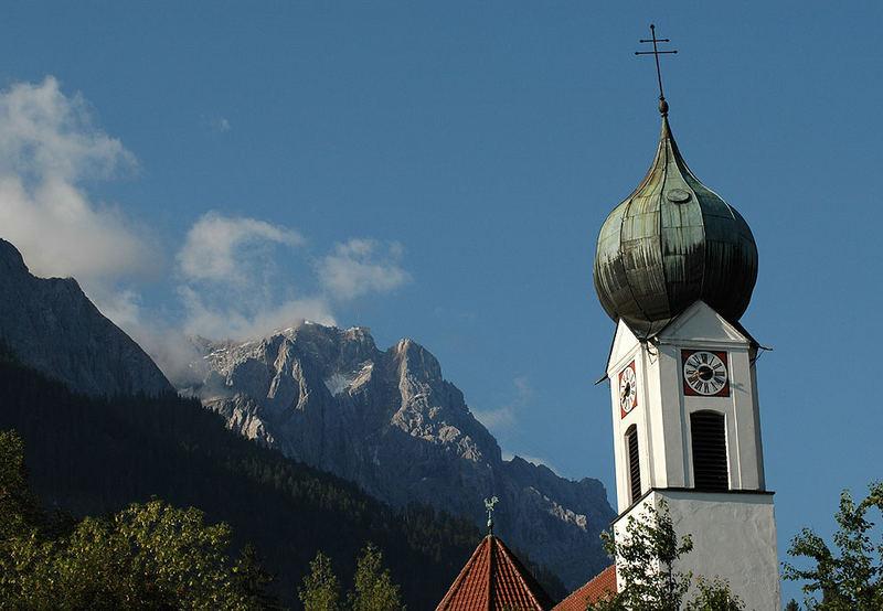 Zwiebelturm mit Spitzem Zug:So früh am morgen ist die Messe noch nicht gesungen