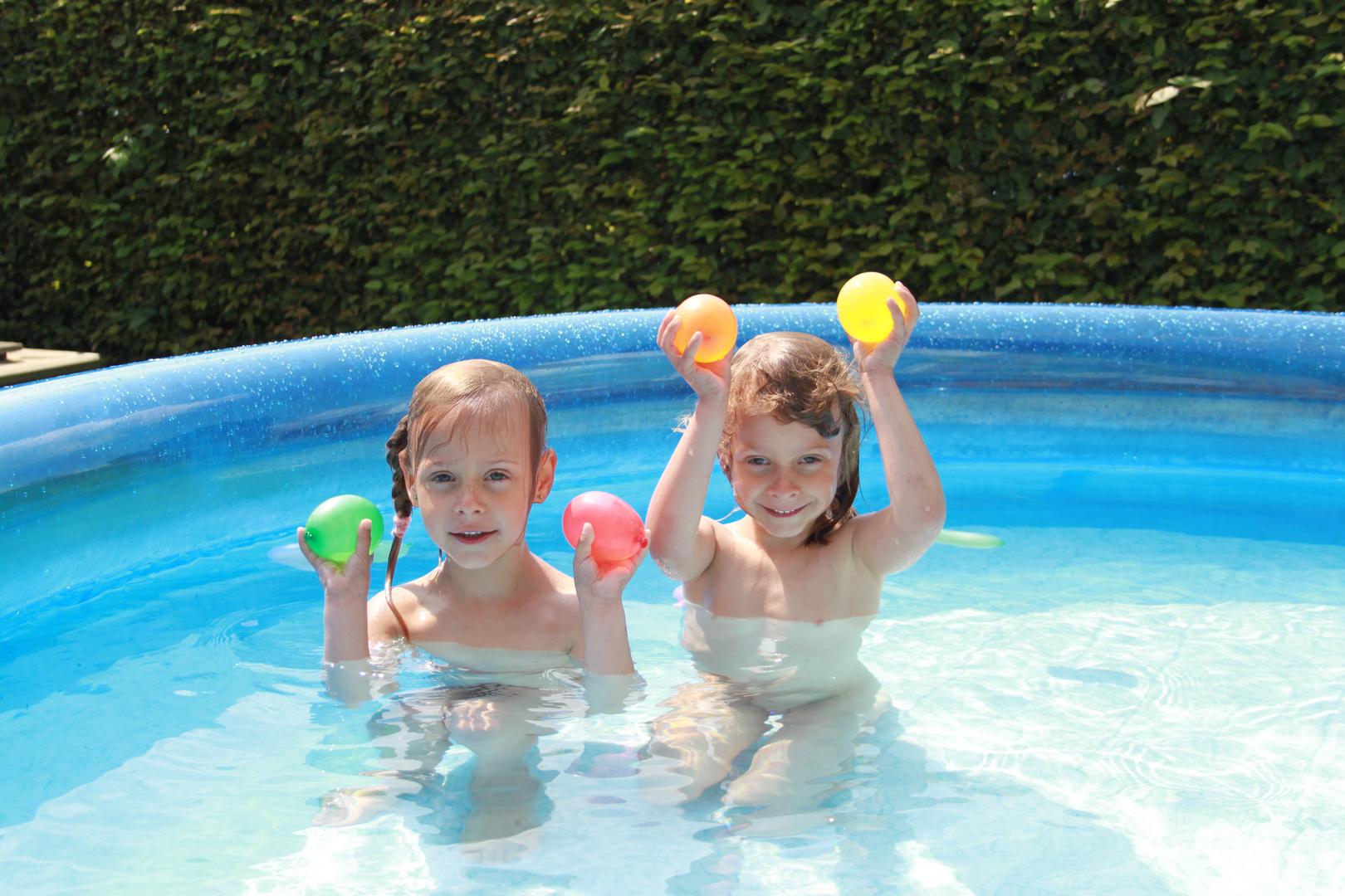 Zwillinge im Pool